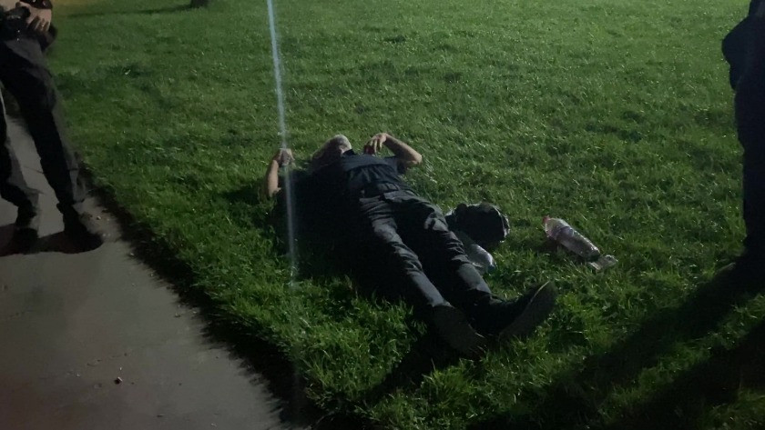 Alkollü şahıs yere yatıp  göğsünü yumrukladı