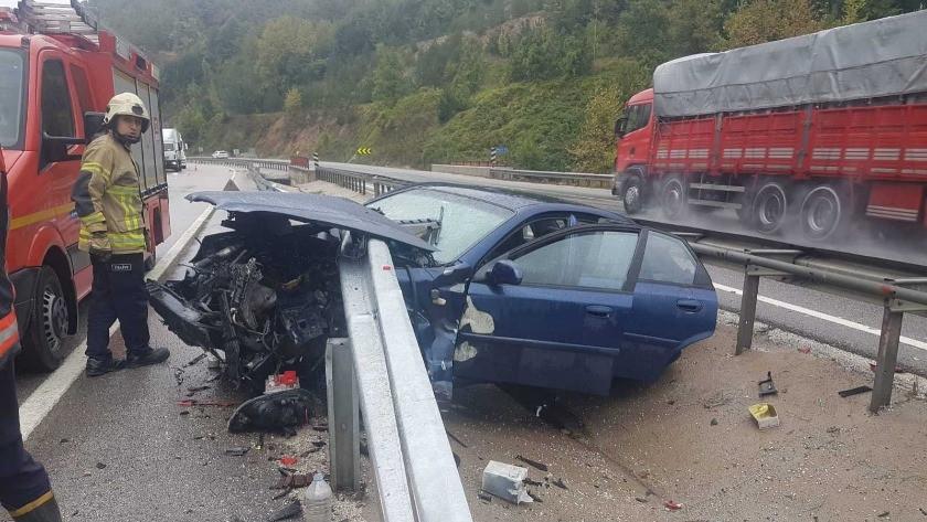 Bursa'da feci kaza! Otomobil bariyere saplandı!