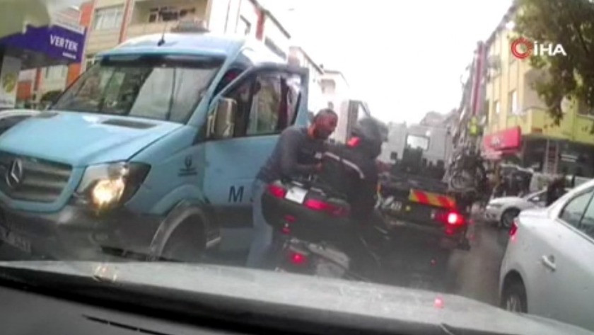 İstanbul' da minibüs şoförü kasklı motosikletliye kafa attı!