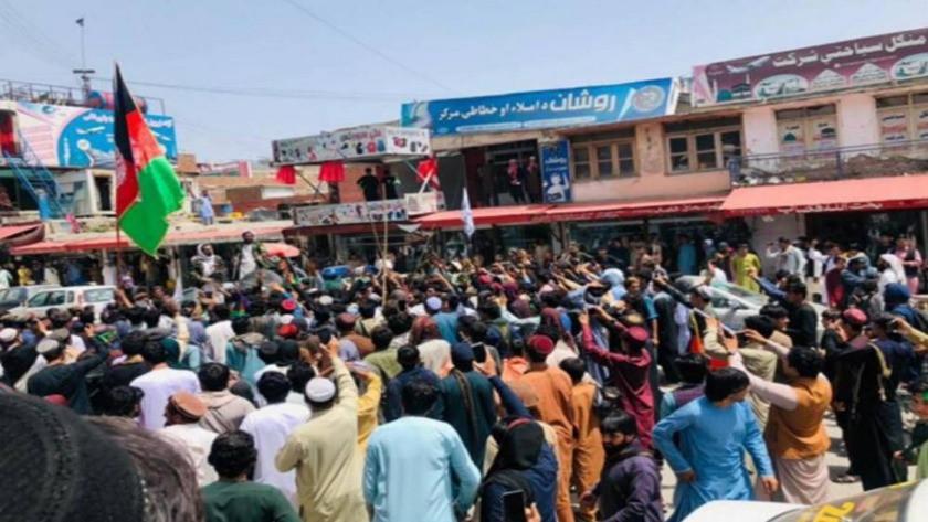 Taliban 4 kişiyi idam edip kent meydanında sergiledi!