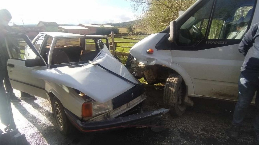 Kastamonu'da otomobil ve minibüs çarpıştı: 3 yaralı