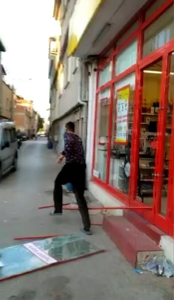 Markete kilitlenen hırsız camı kırarak böyle kaçtı! O anlar kamerada - Sayfa 1