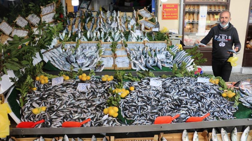 Bolluk yaşandı balık fiyatları düştü! Tezgahlar yüzleri güldürdü