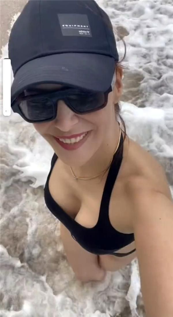 Ünlü oyuncu Mine Tugay cesur bikinisiyle yaza veda etti - Sayfa 1