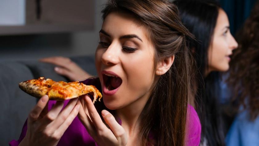 İran'da pizza yiyen kadına televizyon yasağı