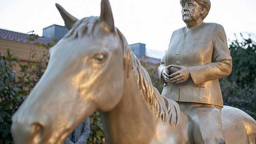 Vedaya hazırlanan Merkel'in 3 metre heykeli yapıldı!