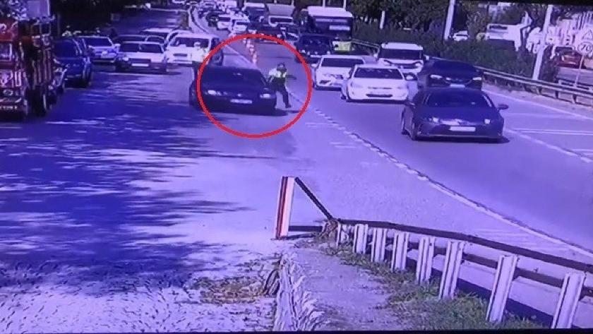 Trafik polisi kaçmak isteyen otomobilin kapısında böyle sürüklendi!