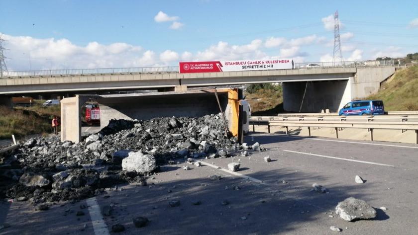Hafriyat kamyonu yan yattı! Yol trafiğe kapandı
