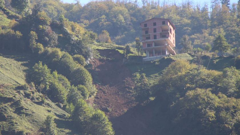 Rize Çamlıhemşin'de heyelan oldu 5 katlı binada korku dolu anlar