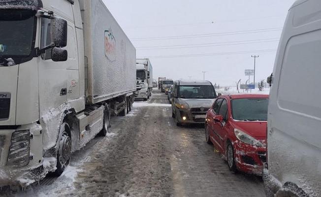 Kar yağışı bazı yolların kapanmasına neden oldu : İşte o yollar