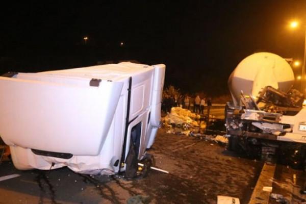 Gebze'de işçi servisi iki TIR'ın arasında kaldı çok sayıda yaralı var
