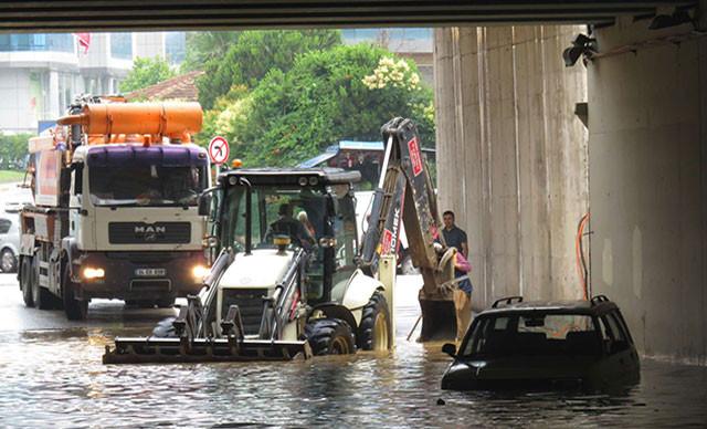 Sancaktepe'de yağmur : Alt geçitte araçlar mahsur kaldı